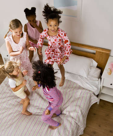 soir�e pyjama: Filles multi-ethniques ayant Slumber Party LANG_EVOIMAGES