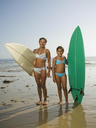 ni�os latinos: Hispanic madre e hija celebraci�n de tablas de surf LANG_EVOIMAGES
