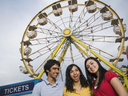 Multi-etnische tiener vrienden op carnaval Stockfoto
