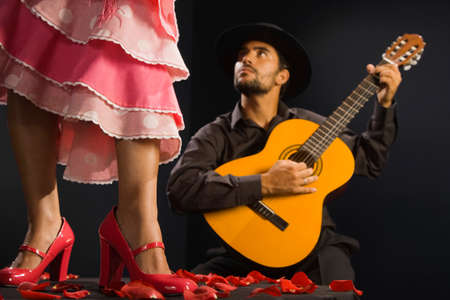 honeymooner: Bailarina de flamenco mujer hispana junto al guitarrista