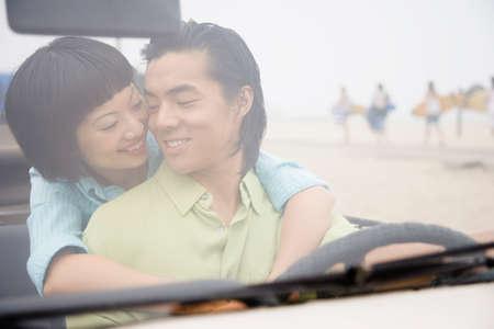honeymooner: Abrazos pareja asi�tica en convertible LANG_EVOIMAGES
