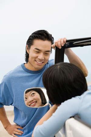 honeymooner: Asia pareja sonriendo el uno al otro