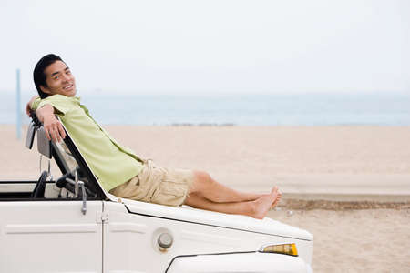 honeymooner: Hombre asi�tico que pone en el cap� del coche LANG_EVOIMAGES