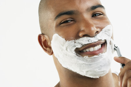 Afrikaanse man scheren gezicht Stockfoto