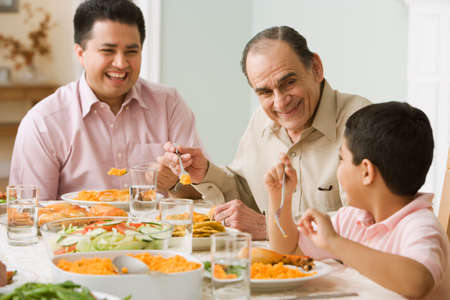 convivencia familiar: Familia hisp�nica en la mesa de la cena