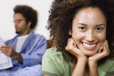 背景の夫とアフリカの女性