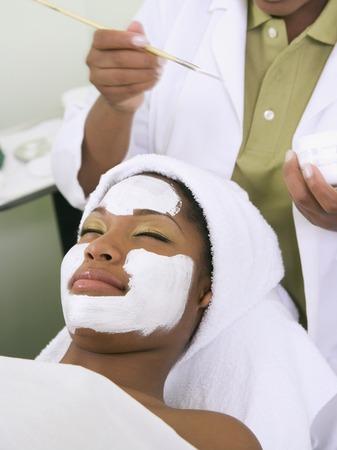 스파 얼굴 치료를받는 아프리카 여성