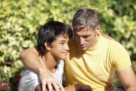 Vader en zoon knuffelen