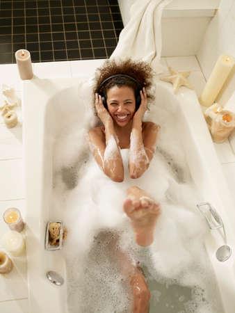 femme africaine: Femme africaine �couter de la musique dans le bain LANG_EVOIMAGES