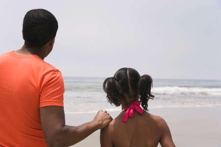 padre e hija: Padre africano y la hija mirando al mar