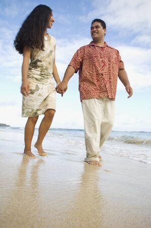 stepping: Pacific Islander couple walking on beach LANG_EVOIMAGES