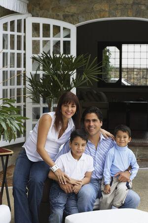 mujeres latinas: Familia hisp�nica que se sienta en el patio