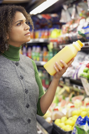 African woman in grocery store Imagens