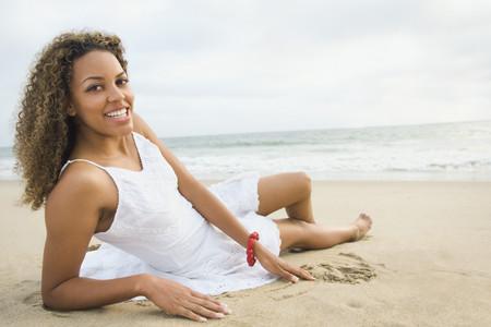 Mujer africana pone en la arena Foto de archivo - 35786893