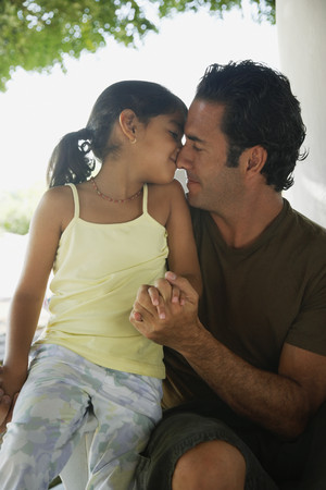 Hispanic father and daughter hugging Stockfoto