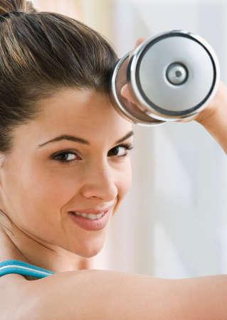 levantando pesas: Mujer que levanta pesas