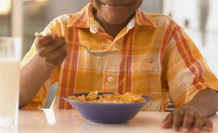 comiendo cereal: Ni�o africano comiendo cereales LANG_EVOIMAGES