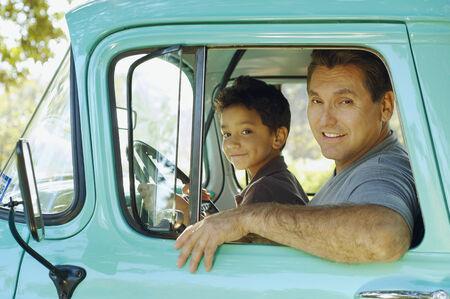 히스패닉 아버지와 아들이 트럭에 앉아 스톡 콘텐츠 - 35787424