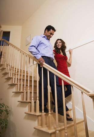 bajando escaleras: Multi�tnica pareja caminando por las escaleras