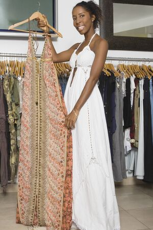 mannequin africain: Robe de femme tenant africaine dans un magasin de vêtements LANG_EVOIMAGES
