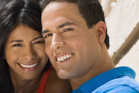 cashpoint: Close up of Hispanic couple smiling LANG_EVOIMAGES