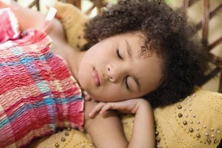 enfant banc: Fille sommeil africaine