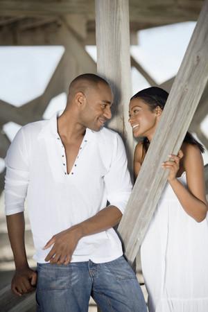 Multi-etnische paar glimlachen naar elkaar Stockfoto