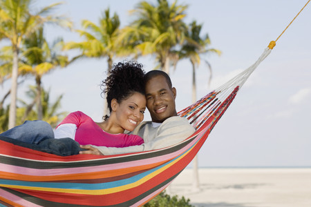 Hispanic couple laying in hammock 免版税图像 - 35787897
