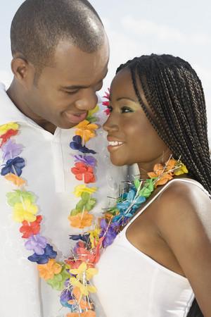 honeymooner: Pareja africana sonriendo el uno al otro LANG_EVOIMAGES