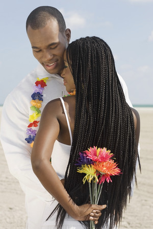 honeymooner: Abrazos pareja africana en la playa