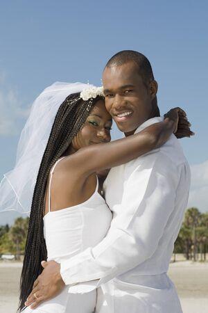 honeymooner: Novia africana y novio abraz�ndose LANG_EVOIMAGES