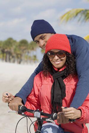 honeymooner: Multi�tnica pareja sentada en bicicleta LANG_EVOIMAGES
