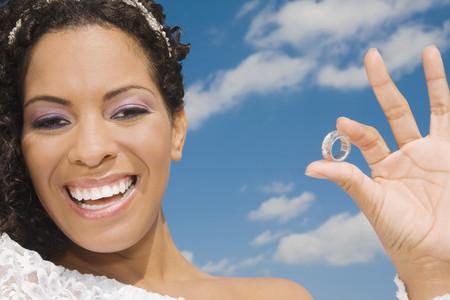 Hispanic bride holding ring Imagens
