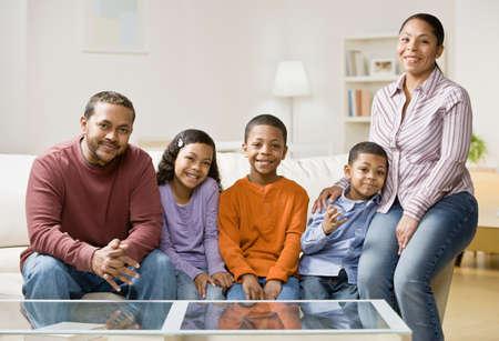 ni�os latinos: Familia de raza mixta sentado en el sof�