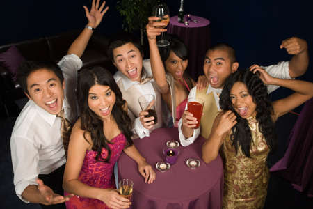 Multiethnische Paare Jubel bei Party LANG_EVOIMAGES