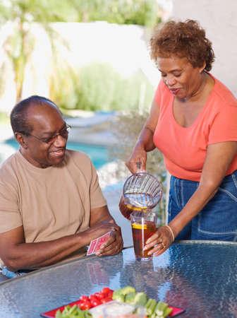 t� helado: Mujer africana mayor servir el t� helado para el marido