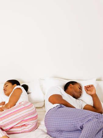 pareja durmiendo: Dormir pareja africana en la cama LANG_EVOIMAGES