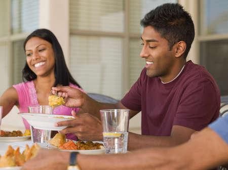 esposas: Familia india de comer en el patio