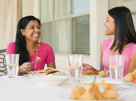 Indische Familie Essen auf Terrasse LANG_EVOIMAGES