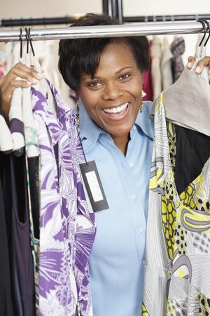 Afrikaanse vrouw kleren winkelen Stockfoto