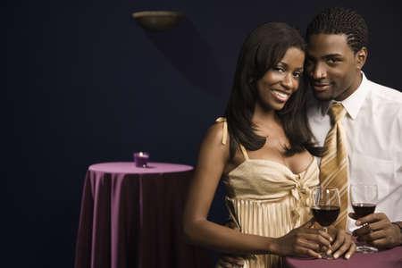 African paar Wein trinken