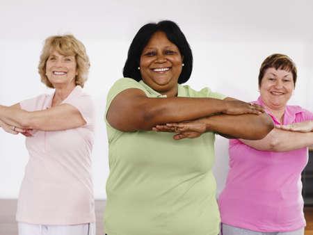 ejercicio: Mujeres multi�tnicas tomando clase de ejercicio LANG_EVOIMAGES
