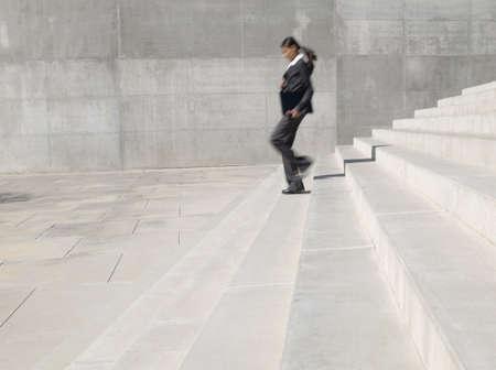 bajando escaleras: India empresaria corriendo por las escaleras al aire libre