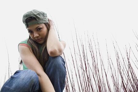 mujer arrodillada: Mujer asi�tica de rodillas al aire libre en la hierba