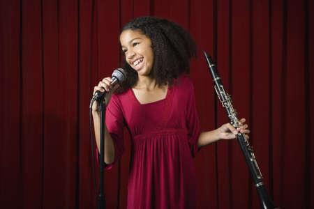 clarinet: Ni�a de raza mixta clarinete en el escenario