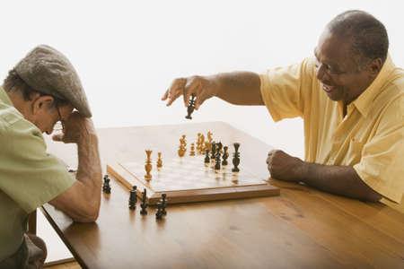 jugando ajedrez: Hombres mayores multi�tnicos jugando al ajedrez