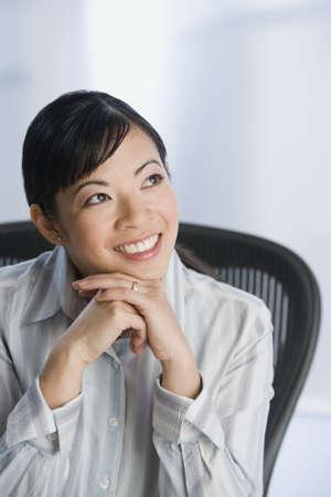 femme regarde en haut: Femme asiatique regardant