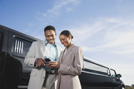 Afrikanische Unternehmer Blick auf Handy LANG_EVOIMAGES