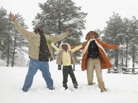 famille africaine: Famille africaine jouant dans la neige