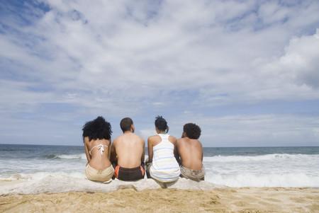 ビーチで多民族の友人